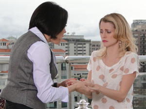 Camila fica arrasada ao saber que Luisa está casada