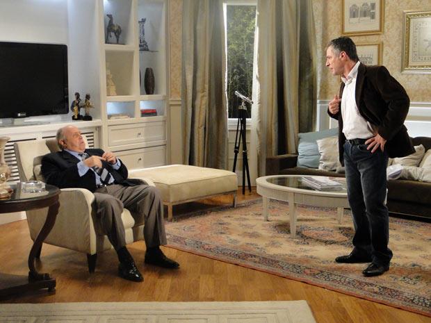 Giancarlo sugere que Gustavo venda parte da editora e os dois acabam discutindo