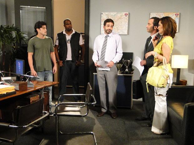 Armandinho chega à sala do delegado e dá de cara com Desirée