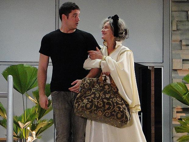 Pedro sai do hospital com Cecília, que o chama de Victor Valentim