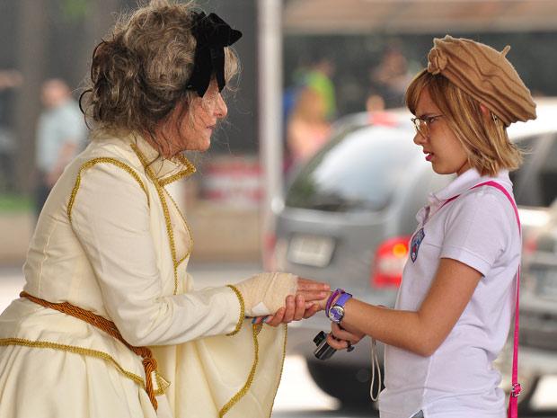Cecília pede ajuda de Mabi para encontrar Victor Valentim