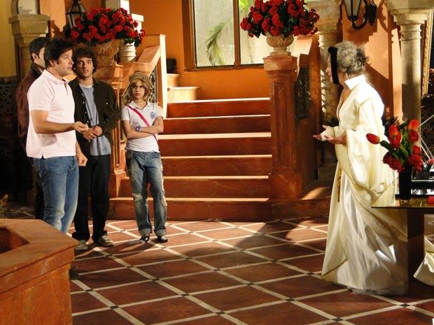 Cecília fica arrasada, mas Ari diz que Valentim pediu para ele cuidar dela