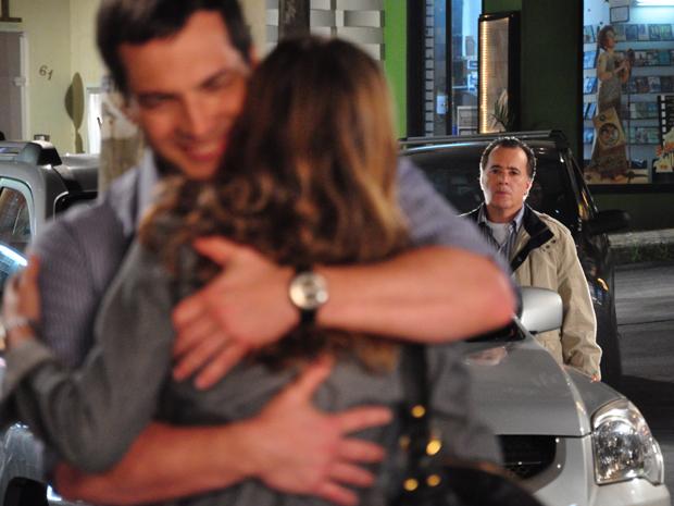 Totó flagra Clara e Diogo se abraçando