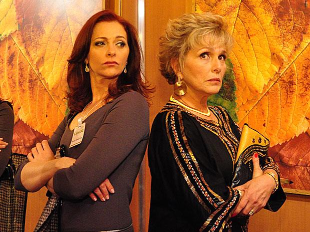 Presa no elevador com Jackie, Clô acaba perdoando a amiga