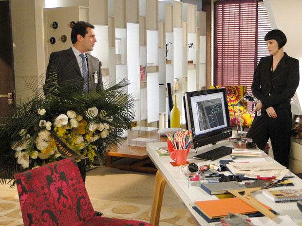 Revoltado, Mauro devolve coroa funerária a Melina