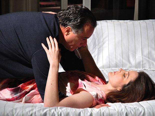 Felícia conquista Totó e os dois têm primeira noite de amor