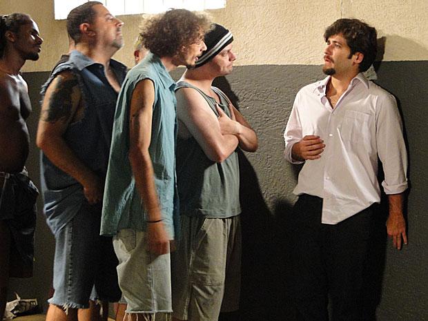 O italiano fica com medo das gracinhas feitas pelos outros presos