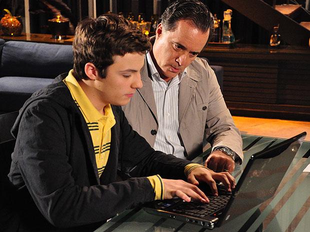 Com a ajuda de Alfredo, Totó procura por informações sobre Diogo pela internet