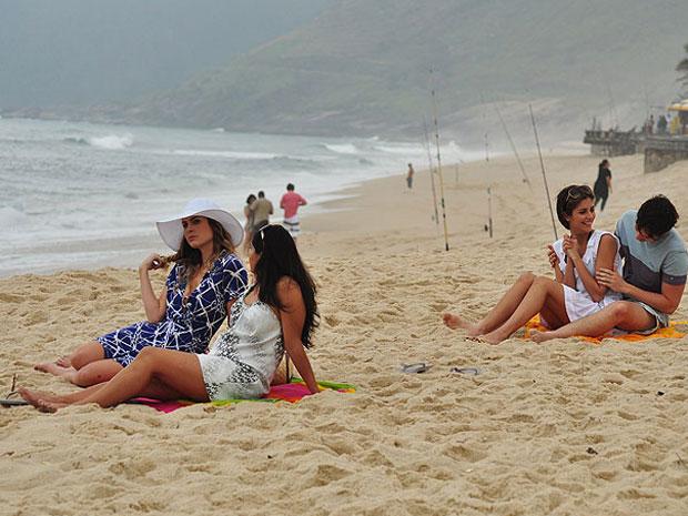 Lorena, Chulepa, Telma e Mônica preferem ficar sentados na areia
