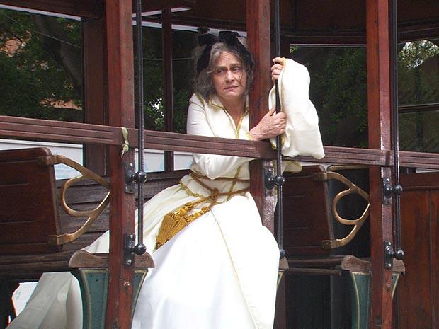 Regina Braga grava cena na Maria Fumaça