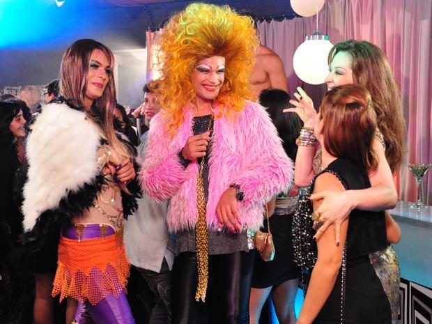Jaqueline leva Thaísa para uma boate gay para ela se divertir