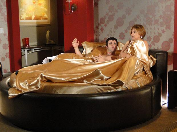 Nicole acorda em um motel com Chico e leva o maior susto