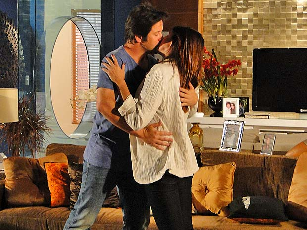 Ari rouba um beijo de Suzana, mas ela diz preferir Victor Valentim