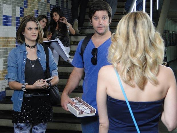 Camila fica supresa ao ver Ari