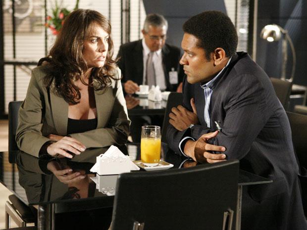 Laura não pode ajudar Noronha, pois não quer revelar que era amante de Saulo