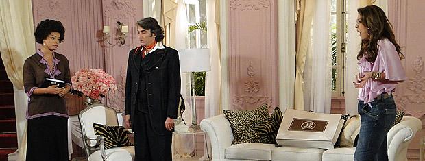 Jaqueline ouve Clotilde e Jacques conversando sobre o celular que eles roubaram de Ari e fica revoltada