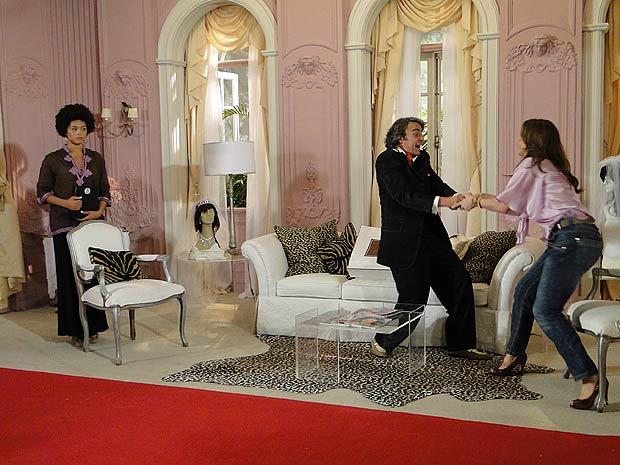 Jaquline toma o celular da mão de Jacques e avisa que vai devolver para Ari