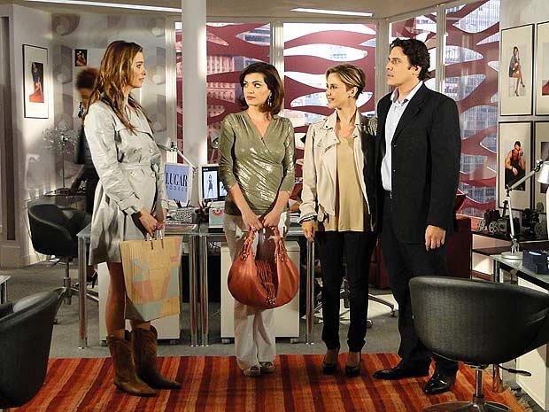 Luisa apresenta seu marido para as duas e Dorinha fica arrasada ao ver que é Alex