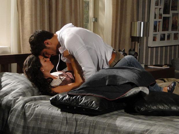 Edgar promete proteger Marcela e os dois se entegam à paixão