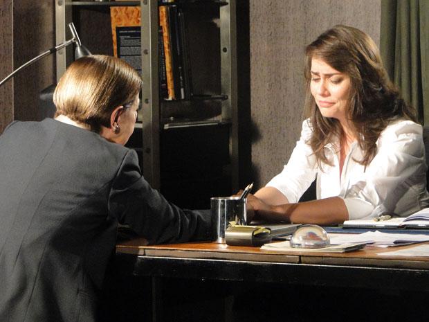 Laura chora ao revelar a Bete que era amante de Saulo