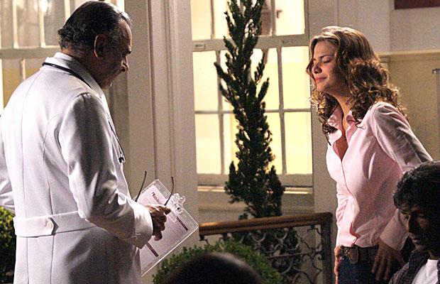 Manuela conversa com o médico responsável por Solano