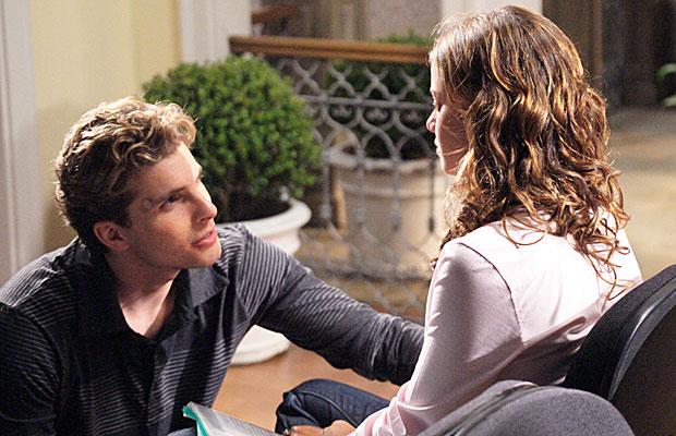 Manuela recebe ajuda de Vitor para ajudar Solano