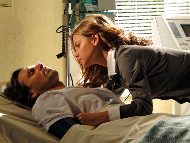 Manuela deita no peito de Solano e pede para ele voltar à vida