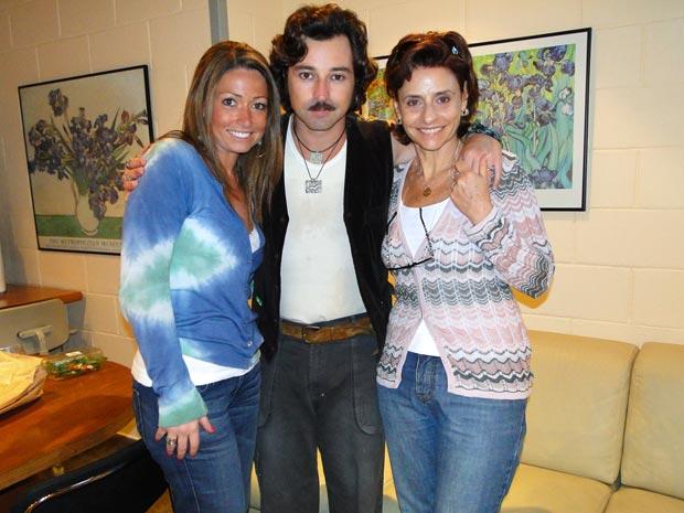 Emílio entre a irmã, Giovanna, e a mãe, Vânia