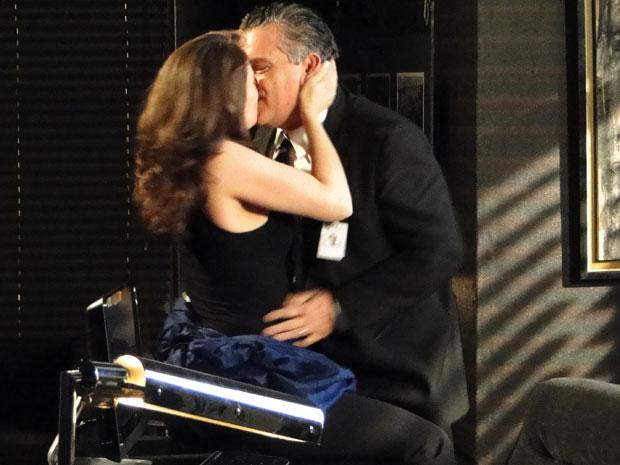 Laura recorda de quando se encontrava com Saulo e os dois namoravam an sala dele