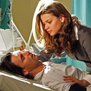 Solano chama por Estela quando acorda do coma