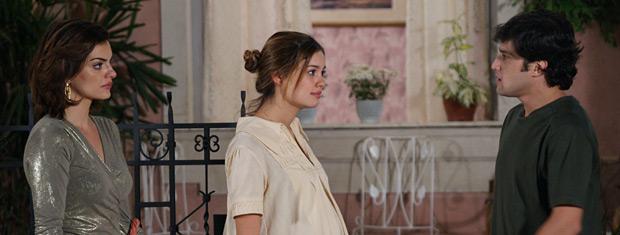 Stéfany fica irritada ao ver Desirée oferecendo ajuda a Armandinho