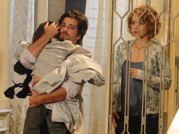 Agostina deixa Berilo dormir em sua casa, mas não consegue perdoar a bigamia do marido