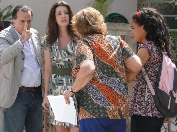 Valentina mostra os documentos que comprovam a guarda de Kelly e leva a neta para a pensão, deixando todos revoltados