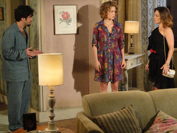 Berilo se explica para Jéssica na frente de Agostina