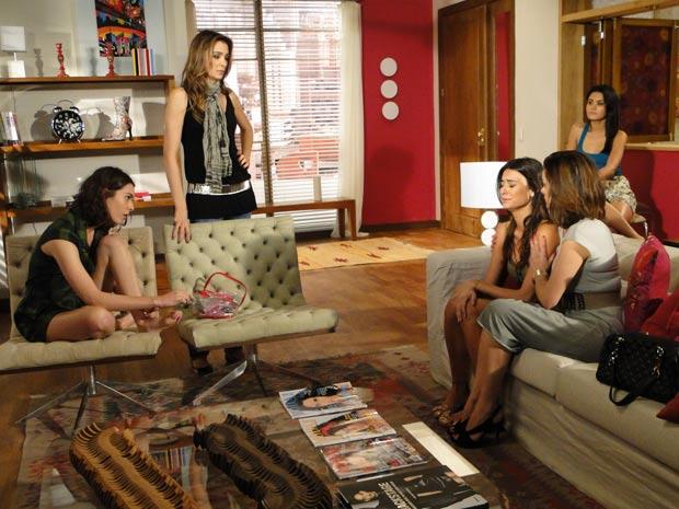 Desirée tenta consolar Amanda, mas as outras modelos zombam dela