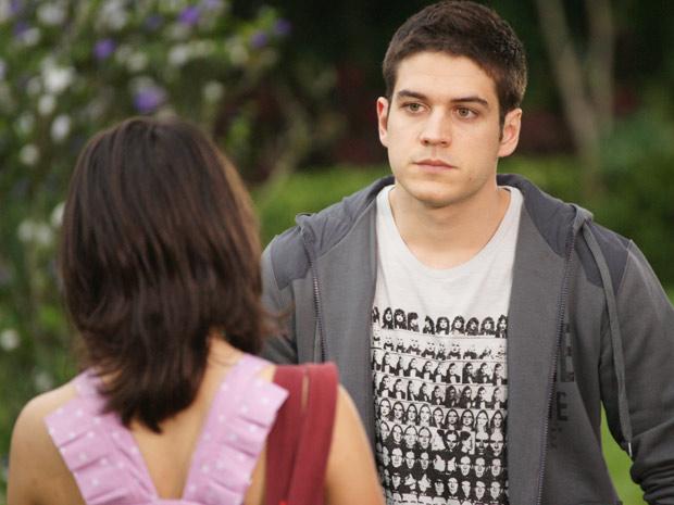 Pedro se declara para Gabi e ela fica sem jeito