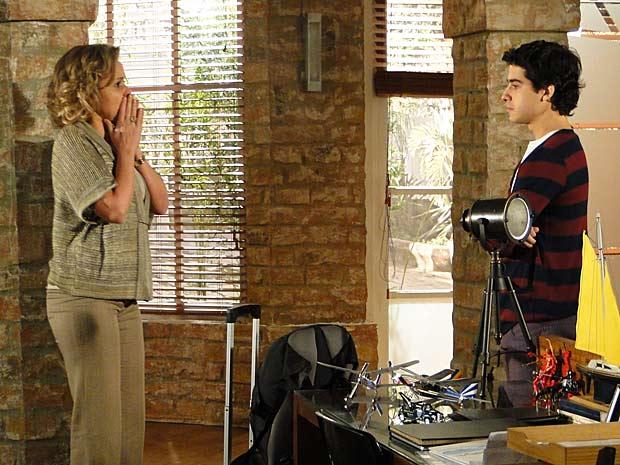 Bruna fica chocada com a declaração de Julinho