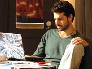 Stela manda para Renato uma foto do batizado de Paulinho e ele fica em choque ao ver Marcela