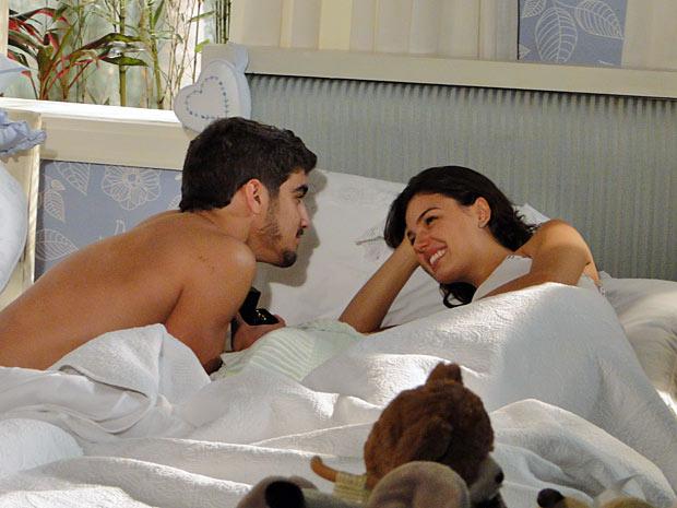 Edgar mostra a aliança à Marcela