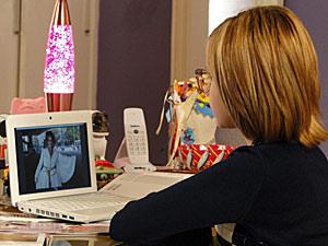 Mabi observa a foto de Cecília