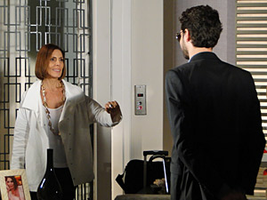 Stela fica surpresa ao ver Renato