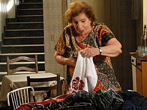 Valentina destroi as roupas de Clara