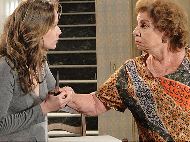 Clara tira a tesoura da avó