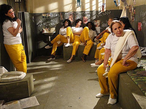"""Na cadeia, a """"velha porca"""" sofre com deboche das outras detentas"""