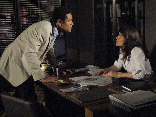 Noronha quer ajuda de Laura, mas ela se recusa