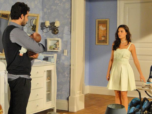 Marcela entra no quarto e fica em choque ao ver Renato com Paulinho no colo