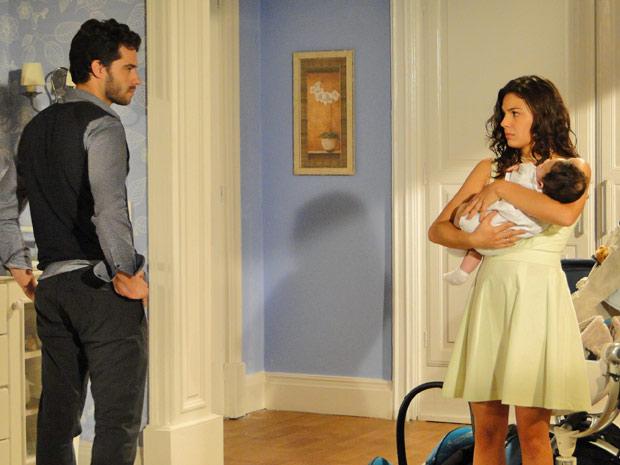 Ao sair, Renato encara Marcela com raiva e ela se desespera