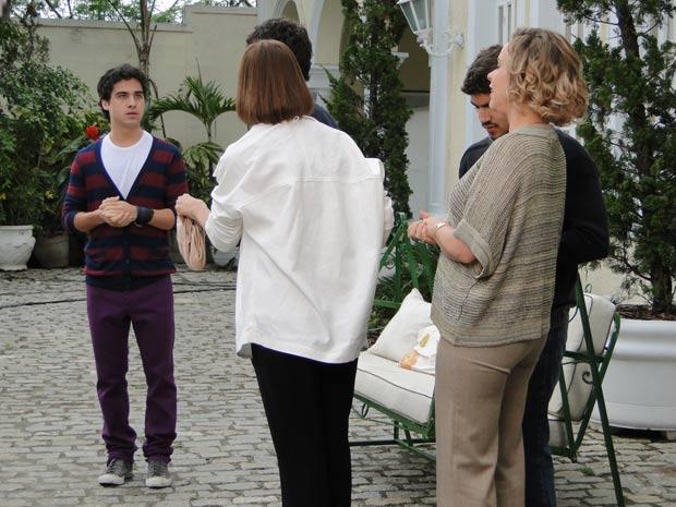Quando eles estão saindo, Julinho se aproxima e fica em choque ao ver Renato