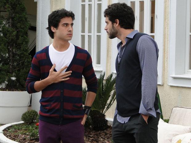 Renato pede para Julinho avisar Marcela que ele quer conversar com ela