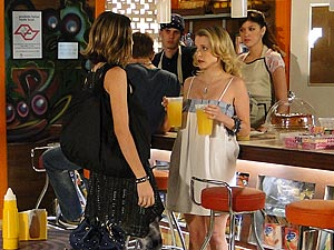 Valquíria enfrenta Camila e manda ela se afastar de Luti